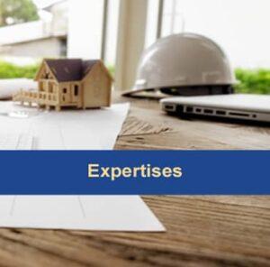 Plan de travail dune maison immobilier en construction casque de chantier expertise diagnostic